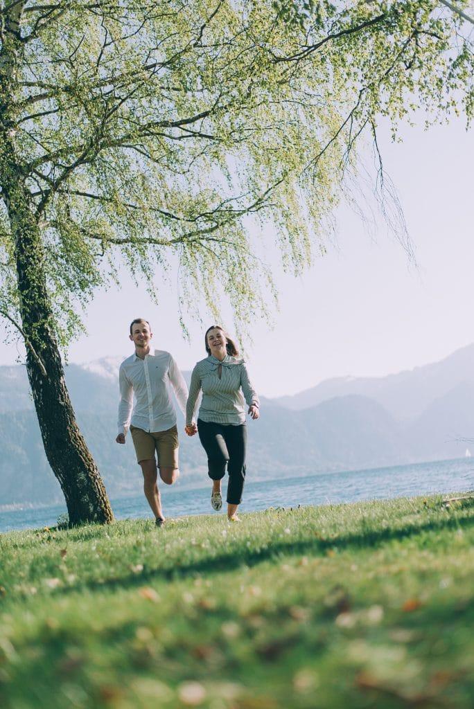 Fotoshooting am Attersee mit einem jungen verliebten Paar