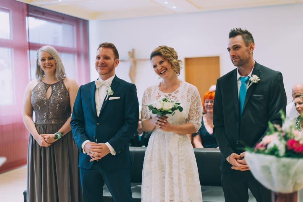 Brautpaar mit den Trauzeugen am Standesamt