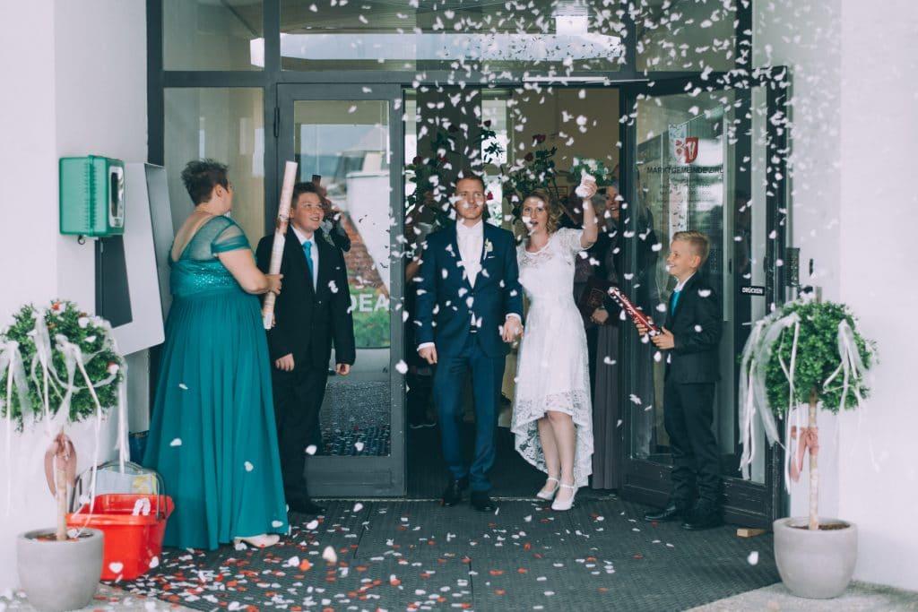Brautpaar verläßt das Standesamt mit Flitter und Konfettiregen