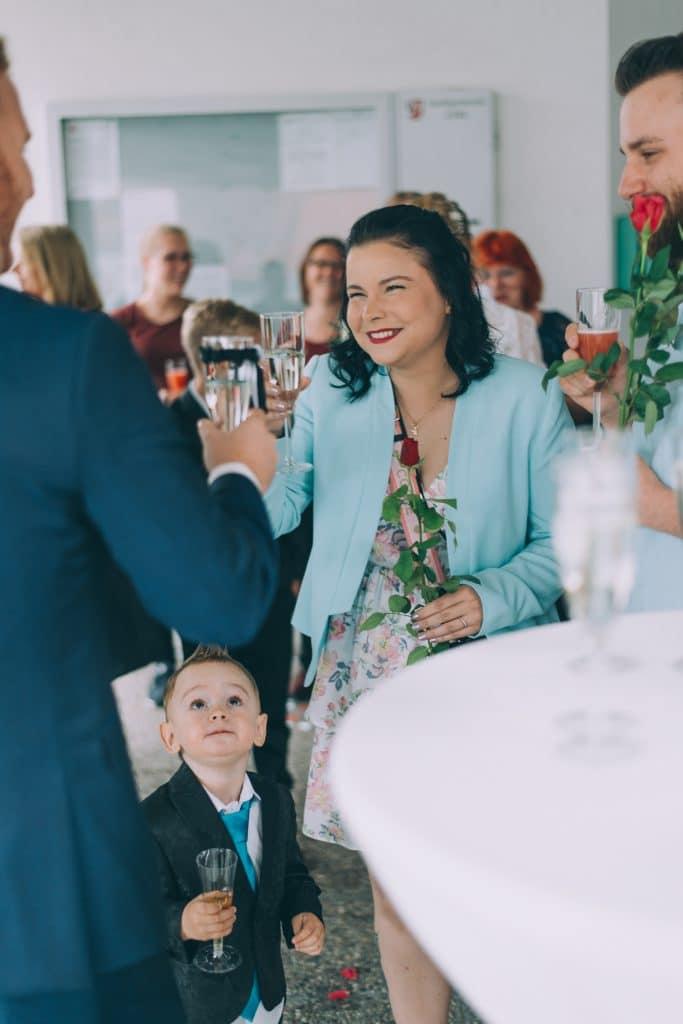 Hochzeitsgäste vor dem Standesamt