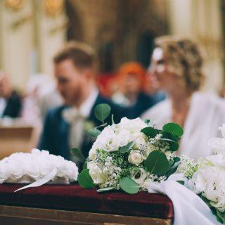 Brautstrauß aus weißen Rosen in der Kirche