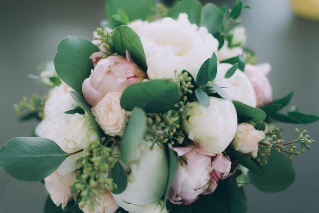 Brautstrauß mit Rosen, Pfingstrosen und Eucalyptus