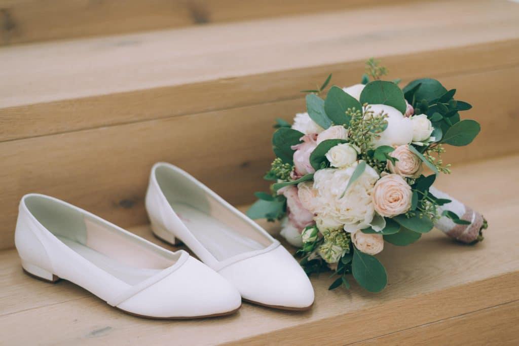 Brautschuhe und Brautstrauß mit Rosen und Eucalyptus