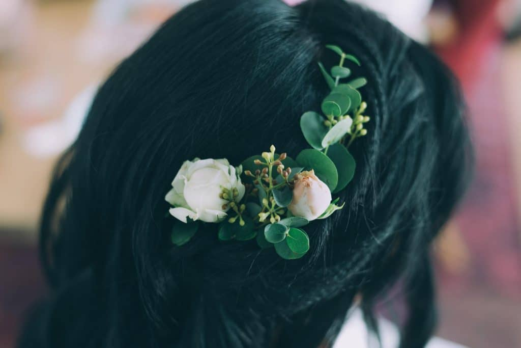 Brautfrisur mit Rosen und Eucalyptus