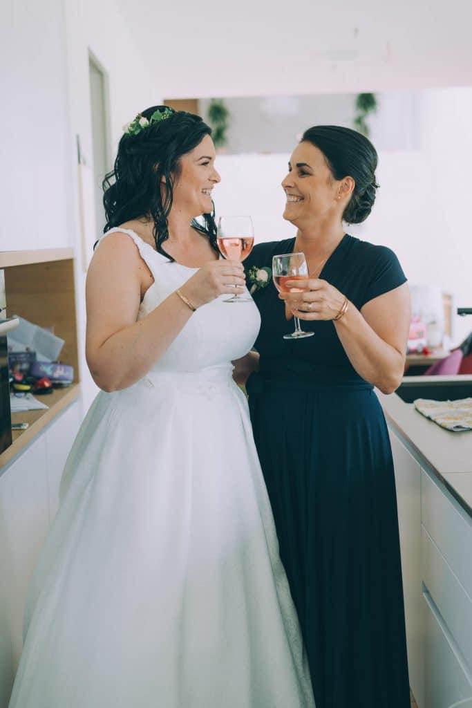 Braut mit Brautjungfer