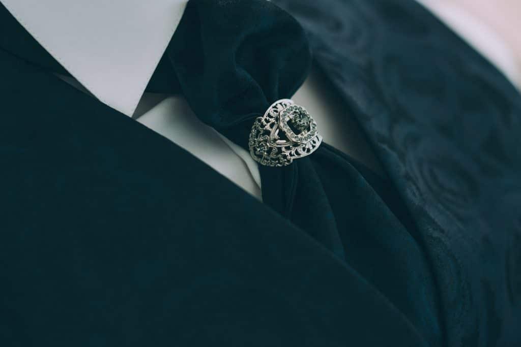 Krawattenspange des Bräutigams