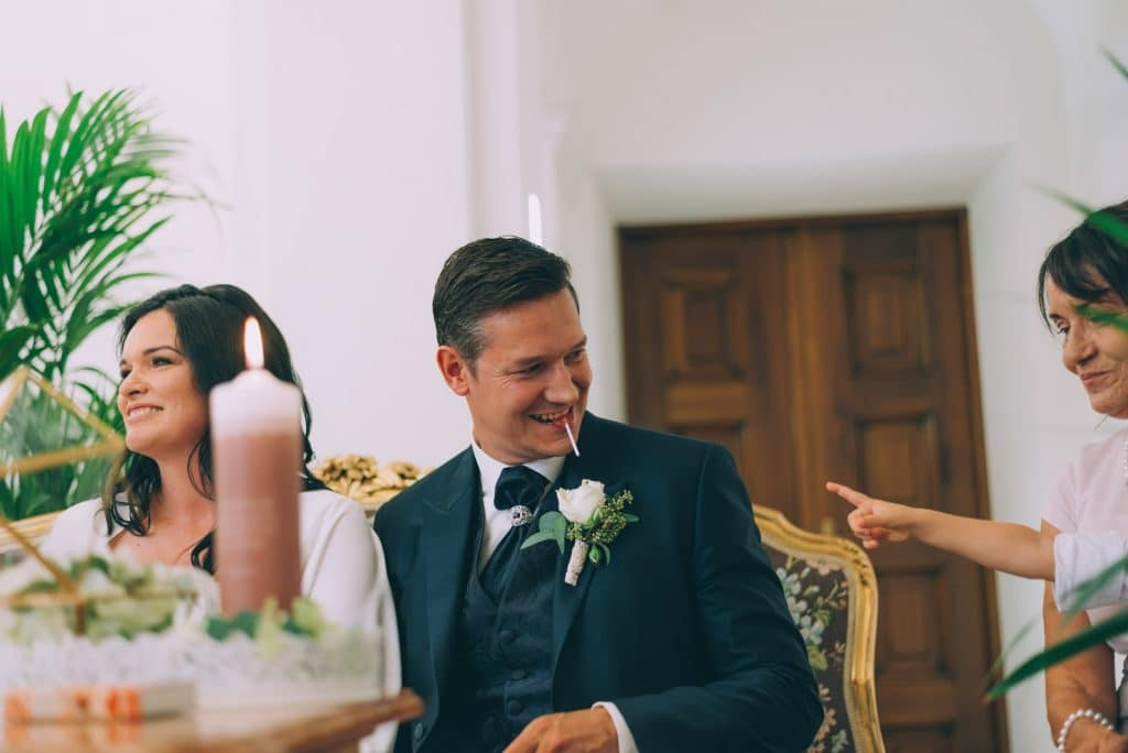 Bräutigam bei standesamtlicher Trauung