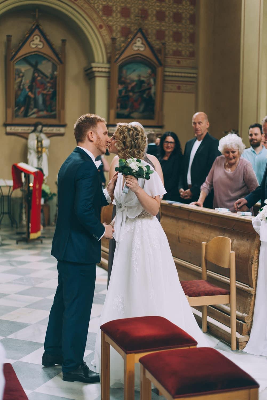 Bräutigam begrüßt seine Braut in der Kirche, First Look