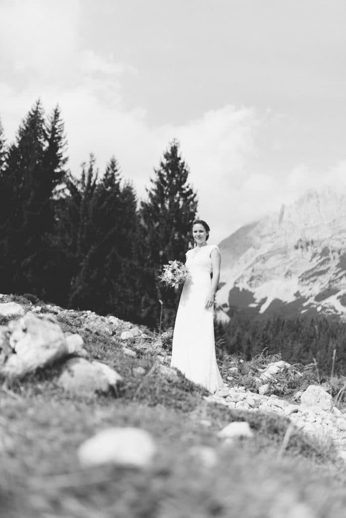Braut in schwarz weiß bei ihrer Berghochzeit