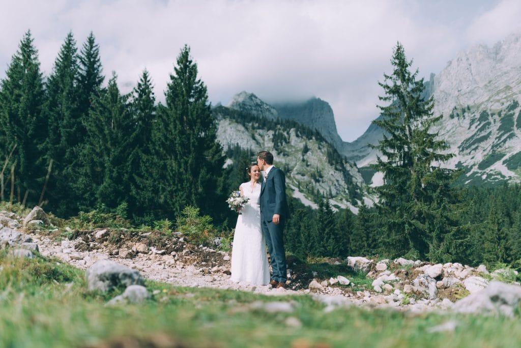 Brautpaar in den Bergen bei ihrer Berghochzeit