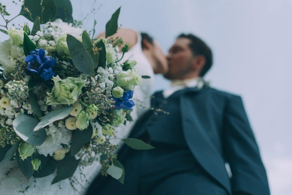 Brautstrauss und Brautpaar