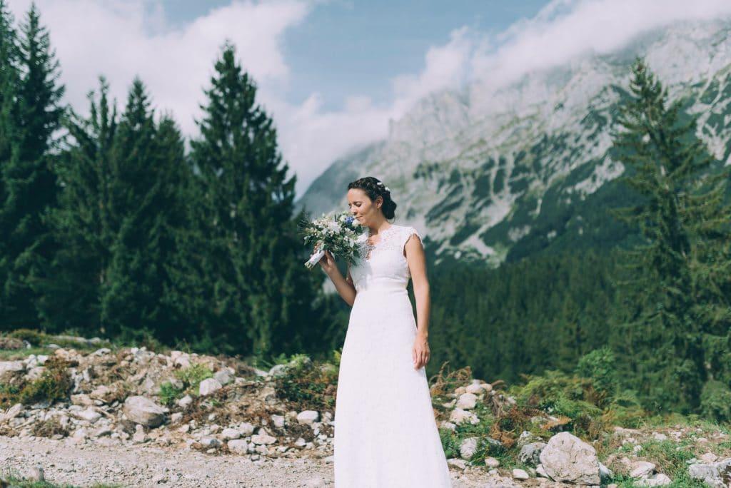 Braut mit Brautstrauss in den Bergen
