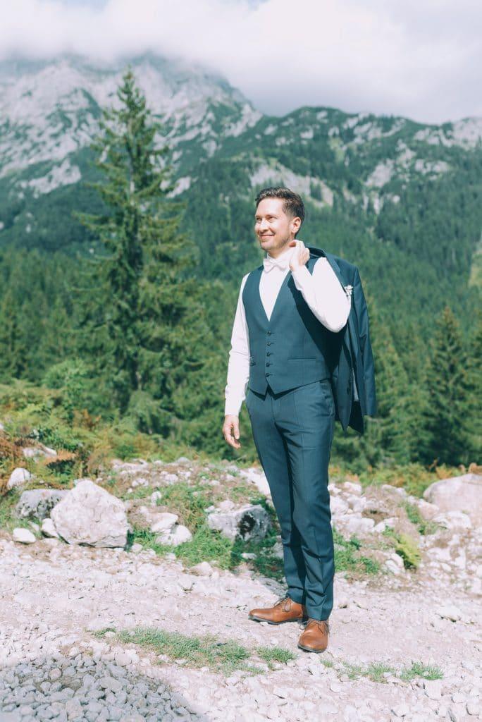 Bräutigam bei Berghochzeit