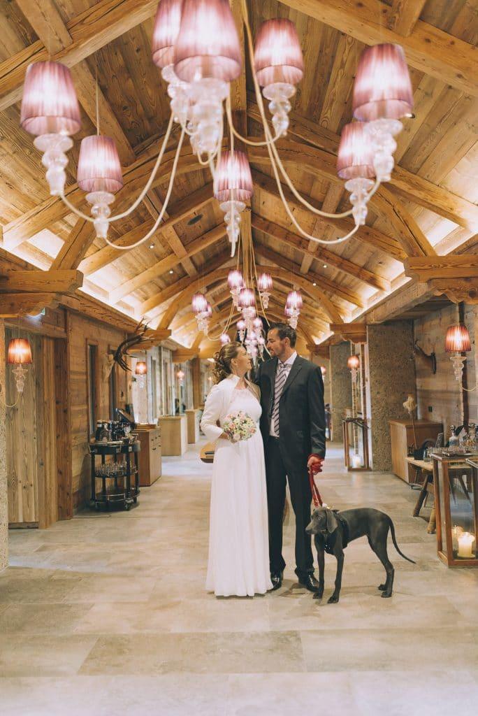 Brautpaar mit Hund im Hotel Cocoon Alpenrose in Maurach am Achensee