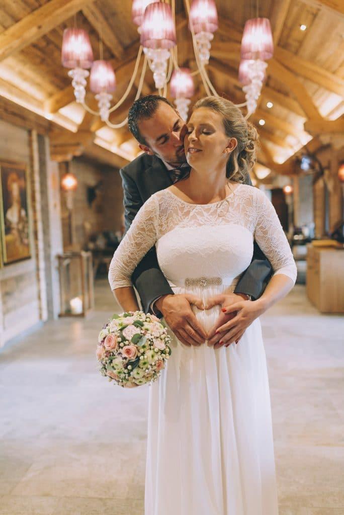 schwangere Braut mit Bräutigam im Hotel Cocoon Alpenrose in Maurach am Achensee
