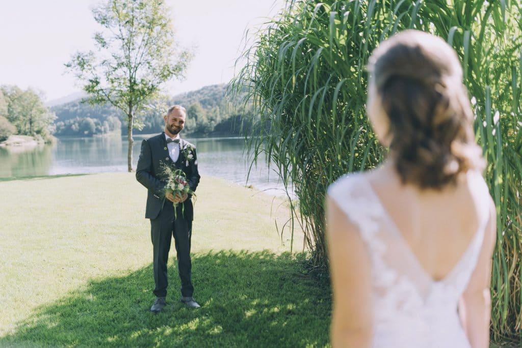 Brautpaar beim First Look am Reintalersee im Tiroler Unterland