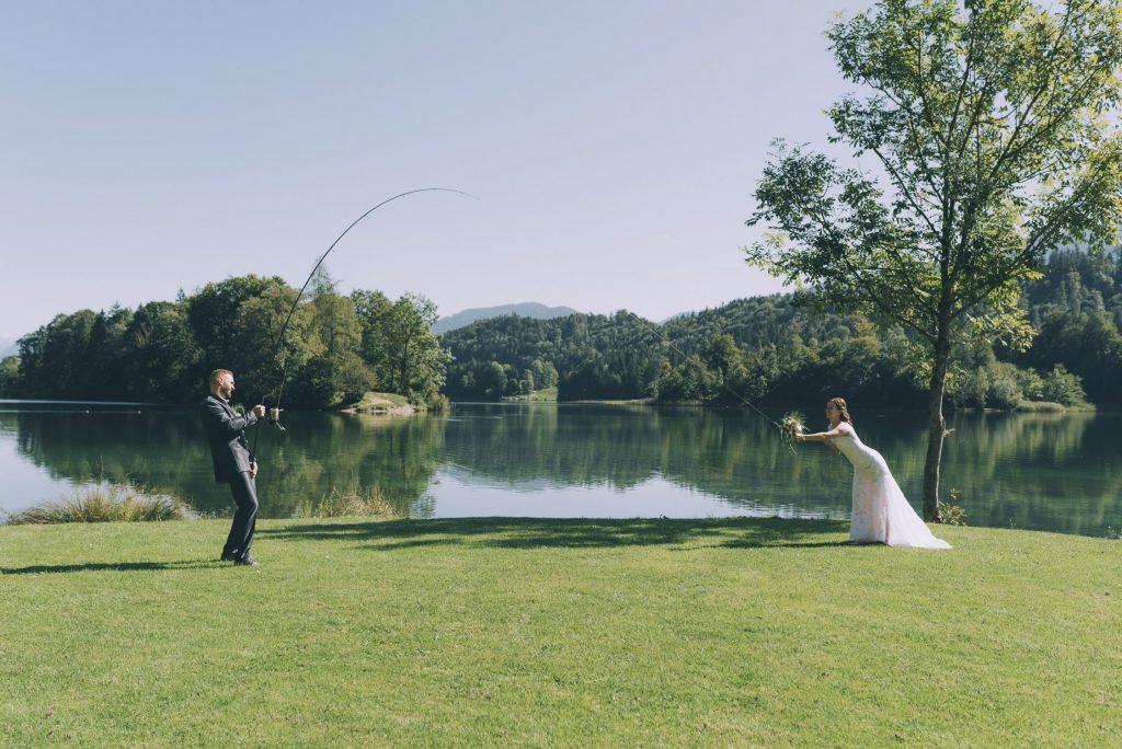 Bräutigam fischt seine Braut am Reintalersee im Tiroler Unterland